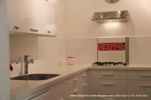 מטבח בלבן עם אדום