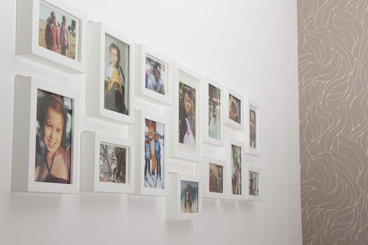 תמונות משפחתיות בחדר שינה