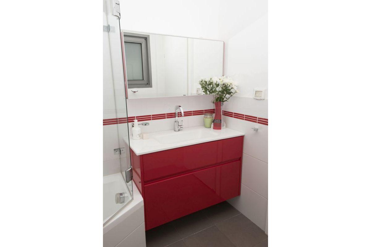 אמבטיה מעוצבת עם אדום