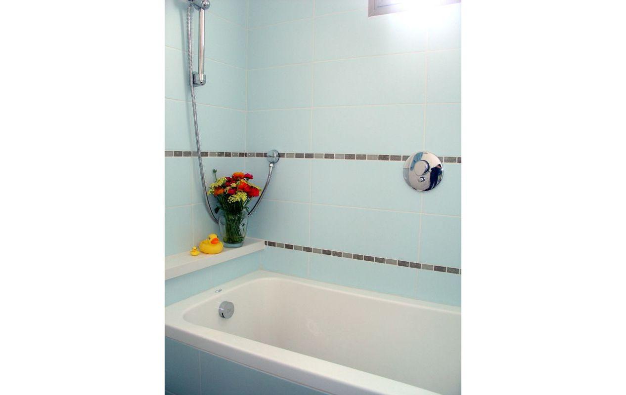 אמבטיה מעוצבת אריחים תכלת