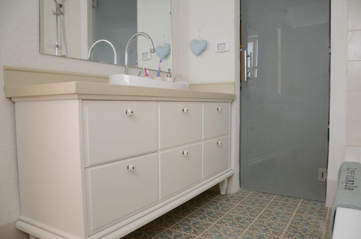 אמבטיה מעוצבת עם אריחים מצויירים