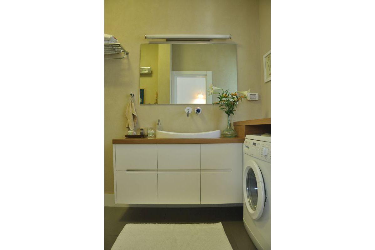 חדר רחצה עם מכונת כביסה