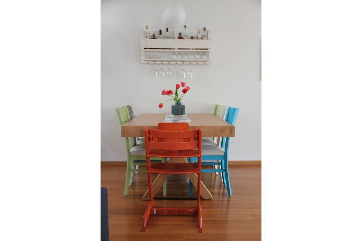 פינת אוכל עם כסאות צבעוניים