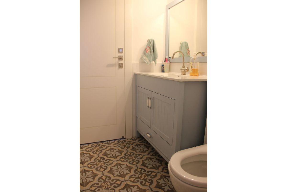 עיצוב חדר רחצה עם ארון בצבע תכלת