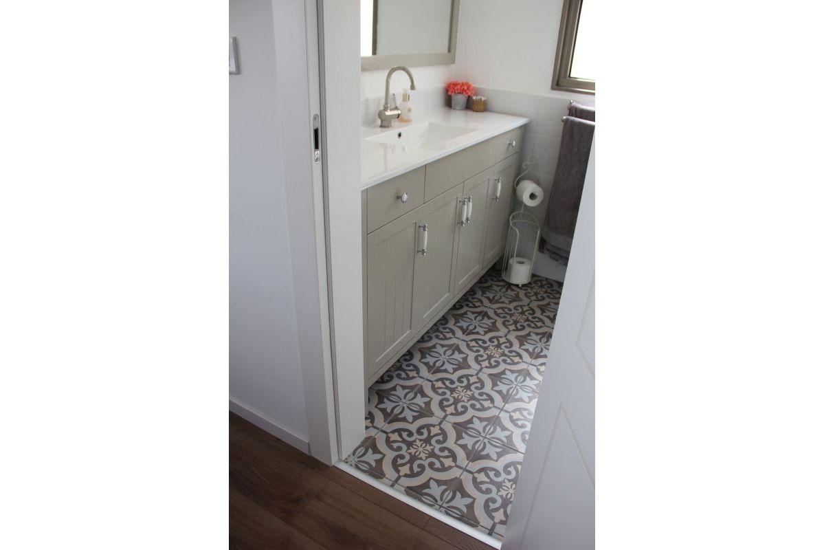 עיצוב חדר רחצה עם אריחים מצויירים