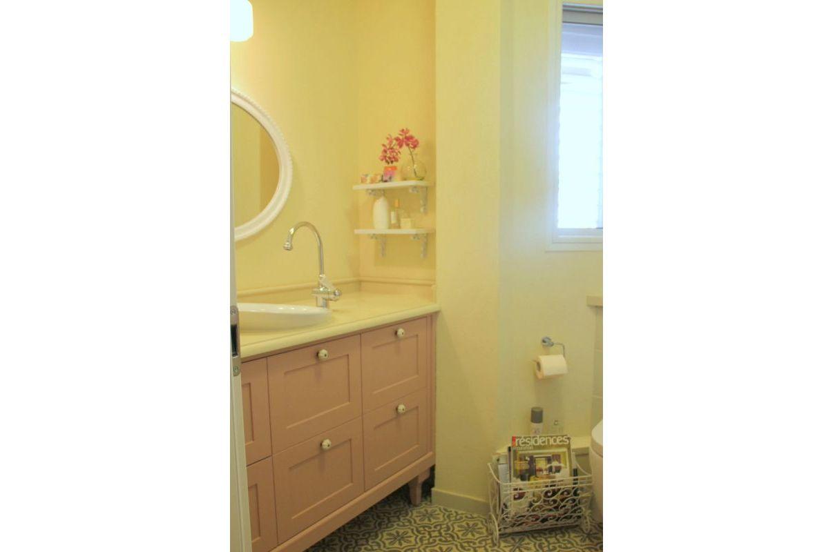 עיצוב חדר רחצה, ארון בצבע פודרה